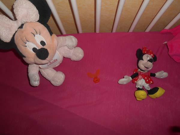 Oui, je suis bien conscient que le doudou Minnie devrait faire un tour dans la machine à laver...